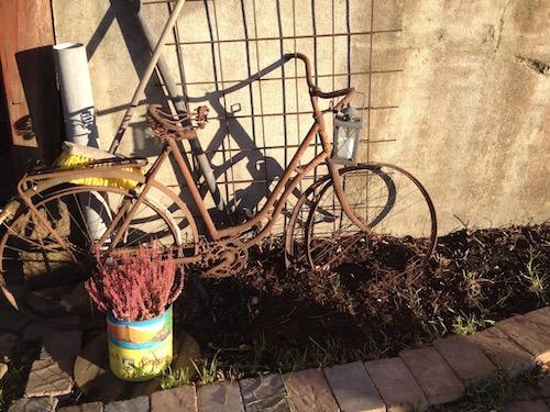 Rostig cykel mot vägg